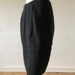 Smuk sort nederdel fra Marc Jacobs.  Brugt men fejler absolut intet.  Med underskørt, sidde lommer og lynlås til side.  Str S.  Se mål: Talje: 66 cm Hofte: 92 cm Længde: 50 cm Byttes ikke c
