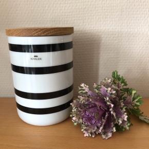 Superflot og dekorativ Omaggio opbevaringskrukke fra KÄHLER  - næsten som ny.  Måler 15 cm i højden. Har været brugt til kaffe og dufter derfor heraf. Nypris: 350,-  SÆLGES TIL 165,- Til salg flere steder.