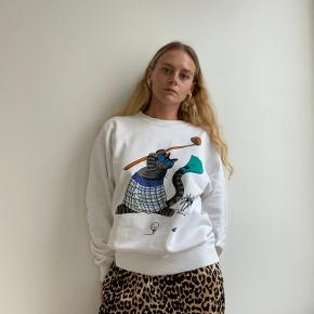 Vintage Crazy Shirts Hawaii sweatshirt with cat playing golf with smaller traces of wear  Skriv for flere billeder   Følg gerne min lille vintage shop hvor jeg blandt andet sælger denne @lillehjerte_vintage