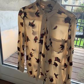 Smuk Jones crepe skjorte fra Ganni. Brugt max to gange.