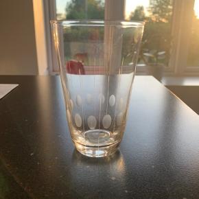Hanne glas fra lyngby 11,5 cm høje og 7,5 i diameter 6 stk pr stk 70,- samlet 300,-  Lyngby Glas blev etableret i 1940 af den danske isenkræmmer Holger Jepsen og udviklede sig til at blive en af Danmarks toneangivende og mest succesfulde glasfabrikker.