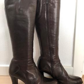 Lækre kvalitetsstøvler. Brugt sparsomt men har lidt hakker i hælene som kan ordnes ved en skomager. Ikke slidt på forfodssålen.