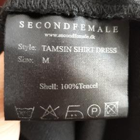Koksgrå mørkegrå skjortekjole i lækker stof. Skind look a like ved brystlomme.