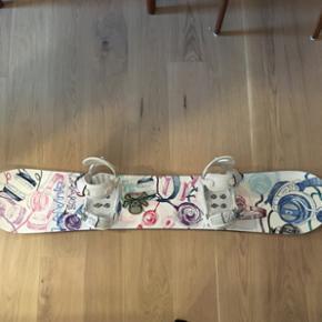 Drake snowboard inklusiv bindinger, der også er fra Drake. Brugt på i alt to skiferier. Ingen dybe ridser på bund eller forside. Størrelse: 143cm.