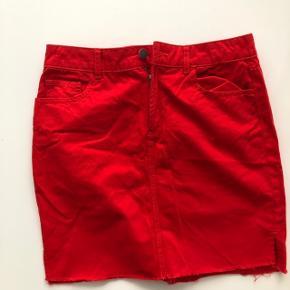 Fed, rød denimlignende nederdel fra Pieces - sælges da den ikke længere tages i brug. Brugt på studietur, og har ikke været brugt siden. Fejler intet og fremstår derfor næsten som ny :)  NP: 250 DKK MP: 100 DKK