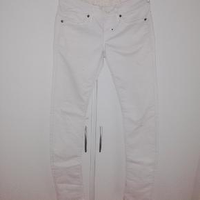 Hvide jeans fra G-STAR RAW Mærket er klippet ud, men er ret sikker på at det er en str 36, men man er velkommen til at komme og prøve dem. BYD😊