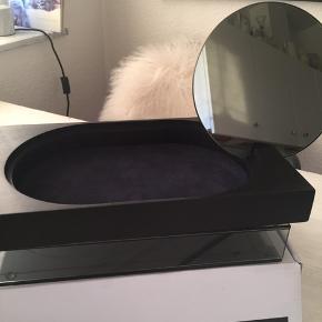Fin box til opbevaring af makeup eller smykker og spejl . Kan afhentes for 150kr  Normalpris 650kr  Hvis den skal sendes bliver det med Dao og prisen er 230kr incl Porto