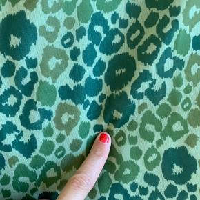 Så fin kjole fra hosbjerg! Er løbet et sted på stoffet (se billede) men intet man ser mår den er på 💚