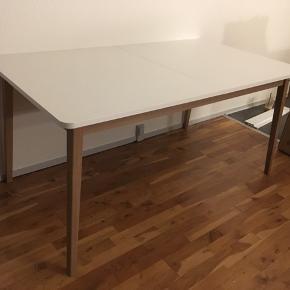 Gammelgab Spisebord 160/200   Har købt det forkerte bord som ikke kunne returneres.  Bordet er al for stort til min lille lejlighed og derfor skal væk hurtigst muligt.  Der er service på, da jeg har samlet bordet for Jer/Dem, og benene på bordet kan nemt tages af, når den skal hentes. :)