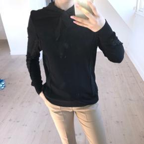 Sælger denne mega fine ganni trøje i en str 38 men fitter også en 36. Den er helt ny og sidder SÅ flot!