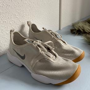 Nike sneakers i lys beige/grålig nuance🏃🏽♀️