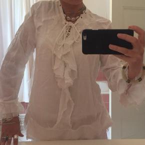 """Super fin skjorte fra Iro, er sat i stand """"næsten som ny"""" da den er super fin og bare har ligget i skabet, men dsv er en af metal dimserne faldet af, men det lægger man overhovedet ikke mærke til;)"""