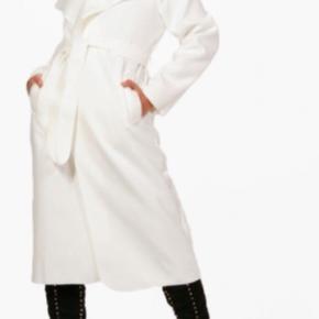 Hvid lang jakke fra boohoo, aldrig brugt, nypris 300, byd  Sælger den også i army grøn i en kortere model