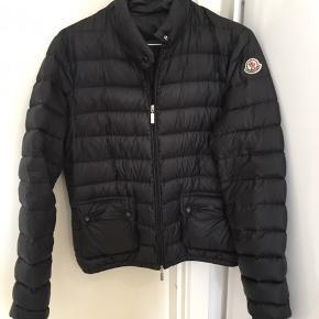 Super fed Moncler jakke. Den har ingen tegn på slid og har en god pasform.  Kan både passes af en XS og S ✨