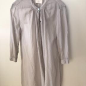 Skøn tranparent bluse med 3/4 ærmer. Lang model i douce lavendel.