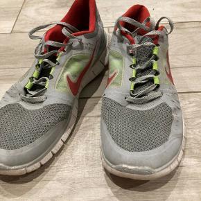 Sportssko, Nike, str. 43, Grå , Rød og Grøn  Lidt slidt foran og bagved  Meget af det tøj jeg sælger, er aldrig blevet brugt. Det har ligget pakket ned i kasser.  Spørgsmål? Skriv endelig: 41 42 41 94  •Se mine andre annoncer•