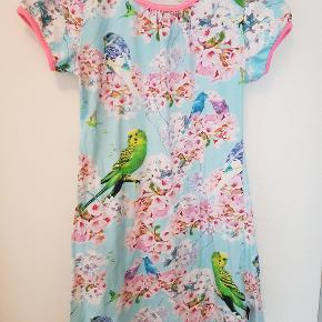 Super flot undulat kjole. Stadig flot i farverne, kun en smule fnuller ved kanterne.