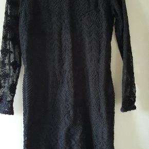 Flot kjole fra h&m samarbejdet. Eu str 38. Den er brugt et par gange men har desværre fået en skade på blonden foran.