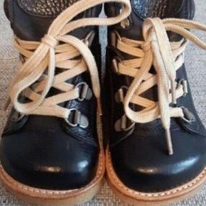 Helt nye lækre varme kvalitets vinterstøvler fra Angulus. Ny pris 1000 kr. Kig endelig forbi mine andre annoncer   Kan hentes på Amager eller sendes mod betaling