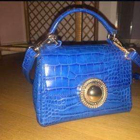Versace Accessory, Aldrig brugt. Vesterbro - Versace Jeans crossbody taske i flot mørkeblå nærmest krokodille agtig materiale. Versace Accessory, Vesterbro. Aldrig brugt, Er måske blevet prøvet på men aldrig brugt. Ren men ikke vasket. Ingen mærker eller skader