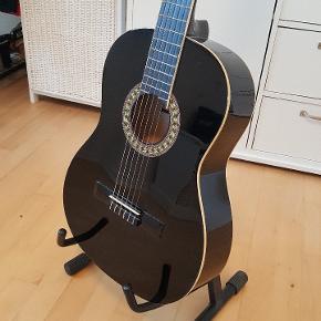 Flot guitar sælges, idet jeg aldrig har lært at spille på den. Den har derfor kun stået til pynt. Sælges med guitarfod.