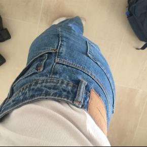 Køb før fredag og få gratis fragt på disse fede denim bukser fra Zara 🌟🌟