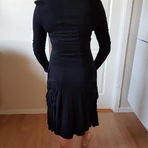 Varetype: kjole Farve: sort Oprindelig købspris: 800 kr.  95% viskose og 5% elestan