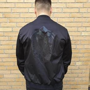 Sælger denne Versace jakke. Fuldstændig ubrugt. Har ligget inde i et tøjskab i en rum tid. Aldrig vasket. INGEN brugsmærker.  Personen på billedet er 179 og vejer 75kg