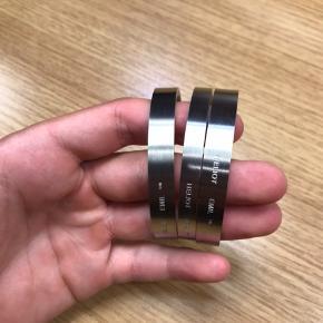 Der er 1 tyndt armbånd tilbage. Der medfølger ikke noget og De bliver solgt for 500,- på grailed 1 armbånd: 300,-