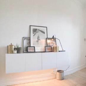 Method vægskabs fra IKEA med marmor folie på toppen.  Skabene har være skruet sammen så det kan ses på hver af den ene side af skabene.  Det eneskab har nogle skrammer indvendigt - disse fejl ses ikke når skabene hænger.   Skal bæres ned fra 3 sal.