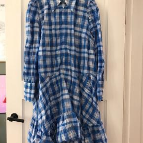 Ganni kjole str 42.  Sælger kjolen, da den er for stor til mig.