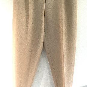 Yves Saint Laurent bukser fra forår 2009, brugt få gange, er som nye, dog har de en lille reparation fra et tråd udtræk, jeg har lagt billede op af det, men det er næsten usynlig.