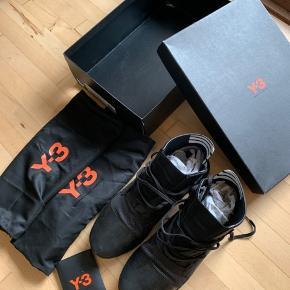 Adidas y-3 kozoko High sneaks. Brugt 2 gange og er utroligt velholdte. Alt medfølger.