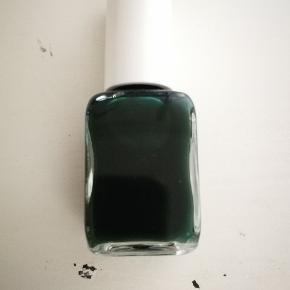 Smuk mørkegrøn neglelak fra nailststuon. Aldrig brugt. 80 kr.