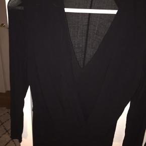 Asymmetrisk sort bluse