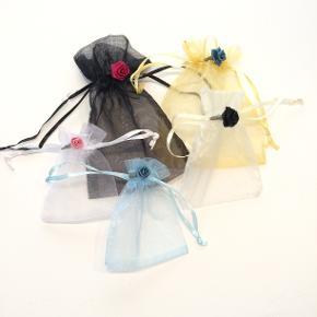 5 Romantiske organza poser dekoreret med roser - fra Walina  Brug dem til opbevaring af smykker gaver ris til bryllup ell andet.  De måler  Sort: 11 x 9,5 Guld: 10 x 10 cm  Beige: 8 x 7,5 cm Lyseblå: 8 x 7 cm Hvid: 7 x 7 cm  Jeg kan handle med mobilpay: Jeg sender gerne med post nord til din postkasse (+10 kr 5 dages leveringstid eller 29 kr 1 dags leveringstid), hvis du ikke kigger forbi og henter dem. Jeg kan handle via Tradono med DAO pakkepost (+32 kr), hvor du afhenter pakken ved ønsket DAO udleveringssted. Mvh Lise