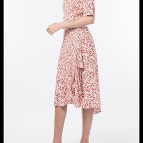 Flot egret wrap kjole fra Ganni str. 42. Sælges da den er lidt for stor. Er almindelig i størrelsen. Brugt og vasket to gange men fremstår som næsten ny og uden brugstegn.
