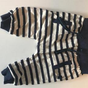 Varetype: Børn tøj Farve: Stribet blå og hvid  Fine, bløde bukser i 100 % bomuld, elastik i livet. Kun brugt ganske lidt og helt uden pletter, huller og fnuller.
