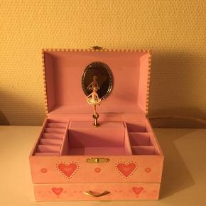 Lyserød smykkeskrin med musik og en prinsesse som drejer rundt.