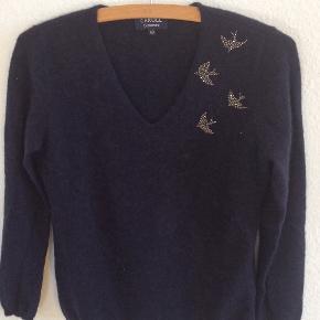 Sælger en 100 % Cashmere sweater fra det franske luksus mærke Caroll. Det er en fransk 40, som svarer til en dansk 38. Den er udsmykket med små paillet fugle forpå. Lækker let Cashmere til en kølig sommeraften.