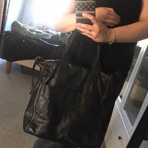 Lækker shopper fra Markberg. Tasken er brugt en del men i virkelig god stand. Der er lidt tegn på brug på dutterne i bunden. Men ellers er der ikke som sådan noget.