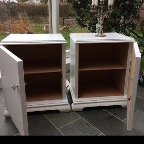 Fine nyistandsatte gamle skabe købt fra Herning møbelfabrik tilbage fra 1940´erne. Jeg har 2 stk og foretrækker samlet køb.  Højde 55 cm bredde 48 cm og dybde 35 cm. Pris pr stk 350 kr og 600 kr for begge to.