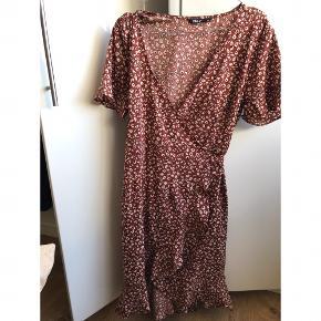 Fin slå-om kjole fra Only med søde detaljer
