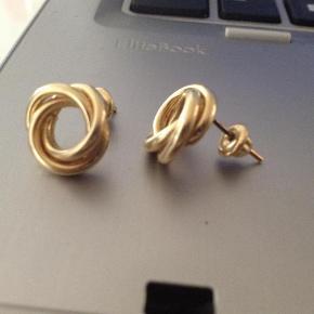Brand: Ørestikker Varetype: Øreringe Størrelse: Alm Farve: Guld  Flotte storeørestikker i 14 kt. Guld. Vægt 4,43 g  De er ca. 1,3 - 1,4 cm i diameter.  Spør og BYD løs  ved handel over TS betaler køber gebyr på 5%.