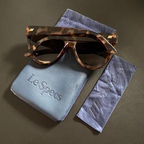 Sælger disse fine Le Specs solbriller. Standen er perfekt og de fejler absolut ingenting!  De har høj UV-beskyttelse. De er 14,6 cm brede - det samme er gældende for brillestængerne.