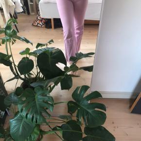 Weekday Mile jeans i lyserød. Str 30 (svarer til en lille 38)