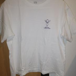 Fin, hvid t-shirt med motiver fra en anime kaldet sailor moon.