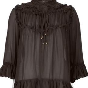 Smuk smuk mørkebrun  frills skjorte fra Gustav. Str. 36 Den har lange ærmer med massevis af frills og vidde i ærmerne. Meget let i kvaliteten og meget behagelig at have på. Kvaliteten er 100% Viscose Kan maskinvaskes ved 30 graders skånevask. Helt ny 🌸💕