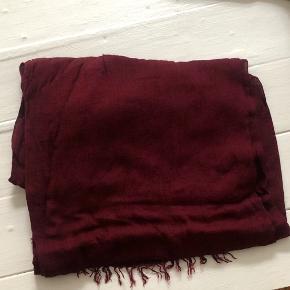 Isabel Marant tørklæde eller sjal -stort og lækkert med fint fald. Vinrød farve.  Aldrig brugt.Viscose og Cashmere, men let tynd kvalitet.  Bytter aldrig - Sender gerne - Prisen er fast med mindre du ønsker at købe flere ting