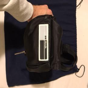 Sælger en helt ubrugt Prada shoulderbag fra SS18. Prisen er 1700 kr